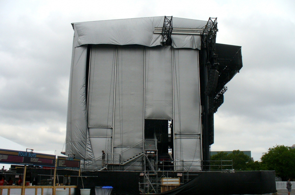 Side wall weather protection on main stage