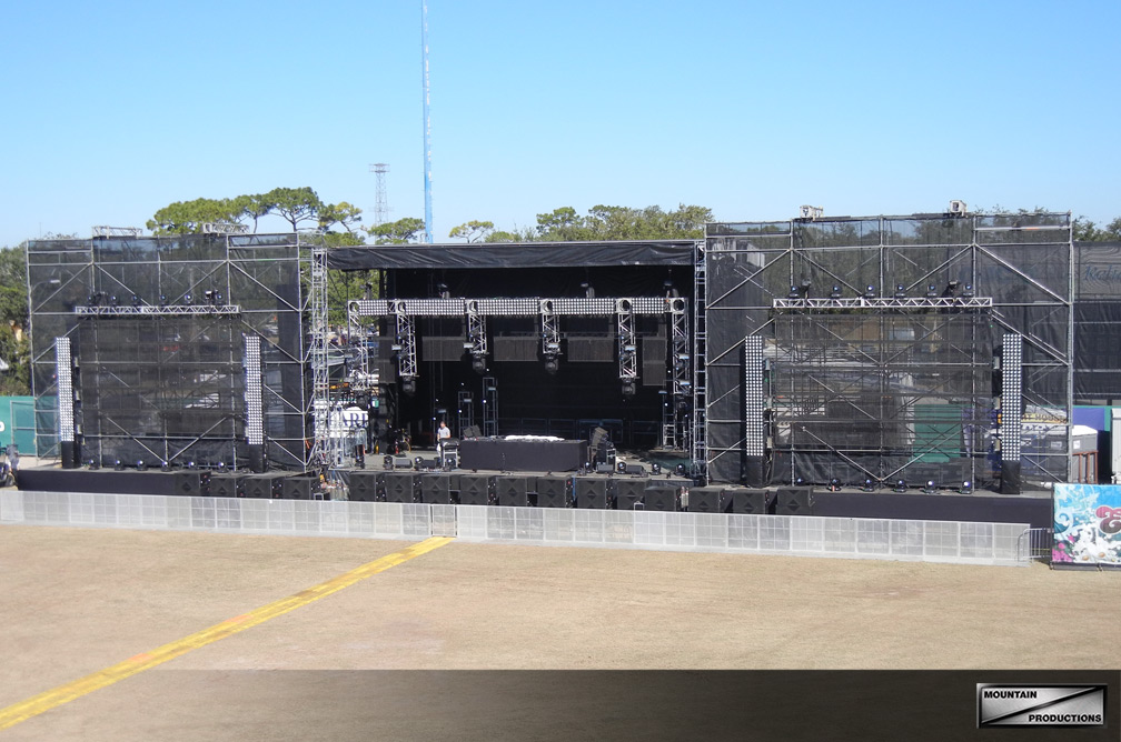 2 scaffold walls support video and additional lighting in this SAM-550 setup